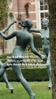 Sous le ciel blanc d'un dimanche, Malines, un jardin clos et des muses figées dansent sur le cresson d'un verger